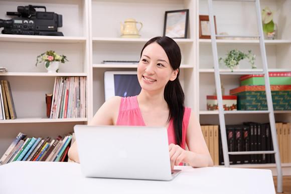 PCでネットスーパーを利用する女性