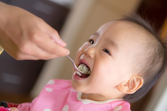 安全な離乳食を食べる赤ちゃん