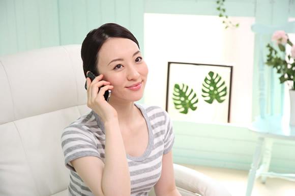 電話注文をする女性