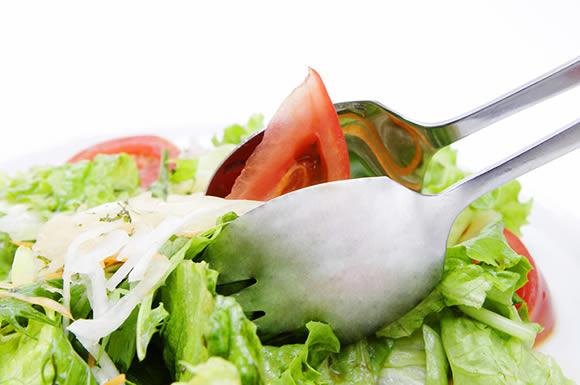 サラダを取り分ける