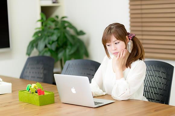 パソコンを覗き込む女性