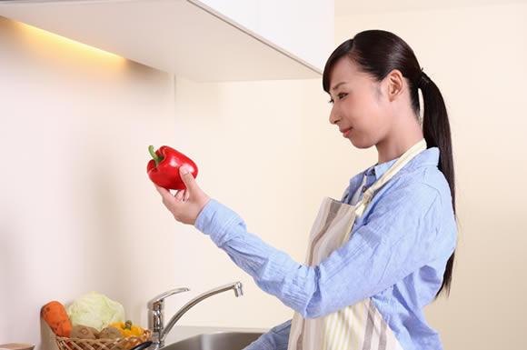 食材を見る女性