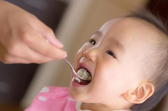 食事を与えられる子供