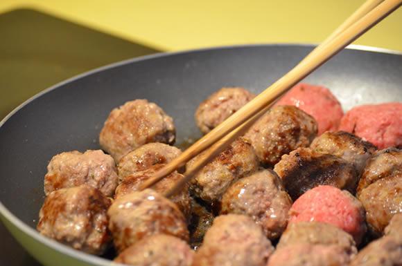肉を焼く写真