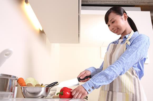 料理している女性