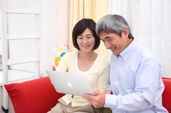 パソコンを見る老夫婦