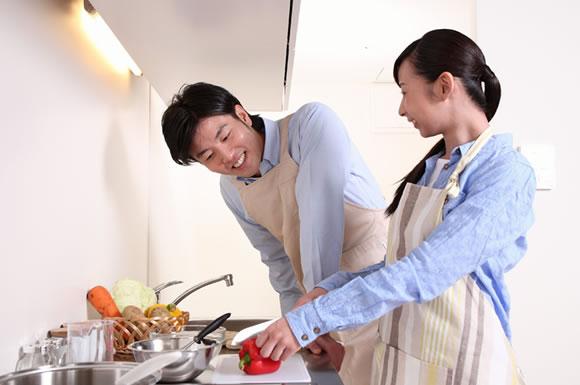 一緒に料理するカップル