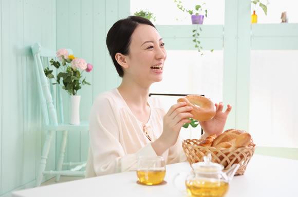 ベーグル食べる女性