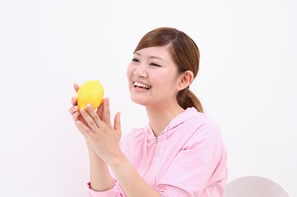 レモン持った女性