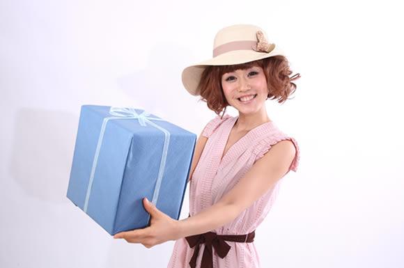 プレゼント持つ女性